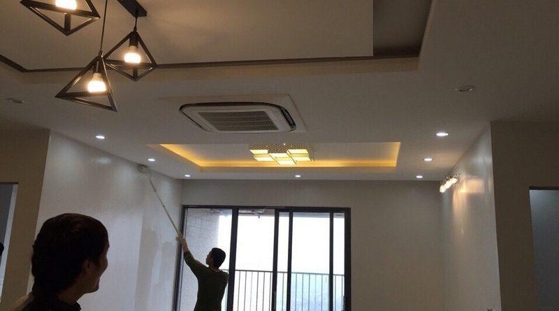 NV kỹ thuật của AZ thi công trần thạch cao nhà anh Dũng ở Hà Đông