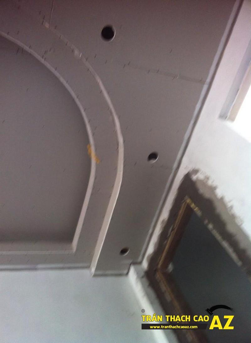 Tạo hình trần thạch cao phòng ngủ vợ chồng theo kiểu giật cấp nhà anh Lợi 01