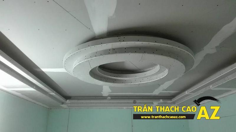 Hoàn thiện thi công trần thạch cao phòng khách tạo hình trần giật cấp nhà anh Chiến 03