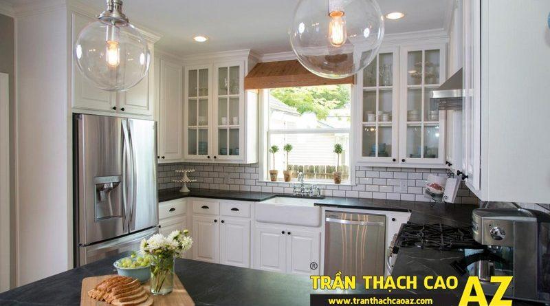 Phòng bếp nhỏ hiện đại nhờ tạo hình trần thạch cao phẳng