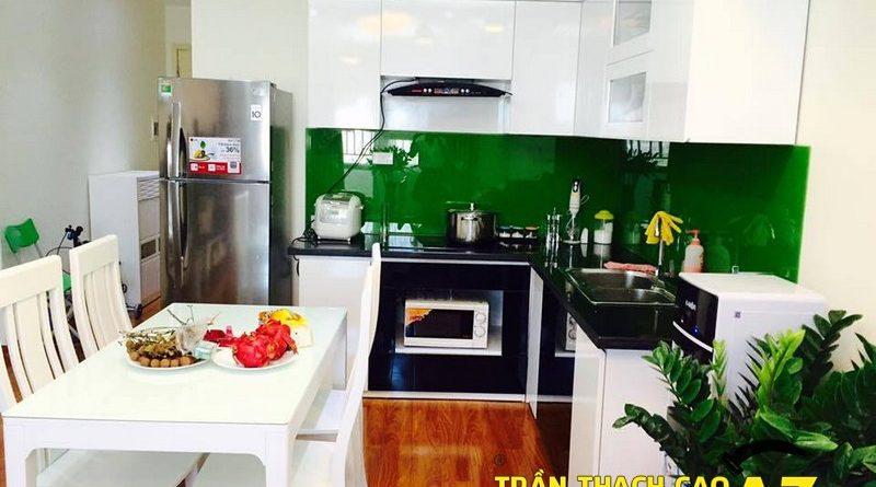 Phòng bếp nhỏ hiện đại nhờ sử dụng trần thạch cao phẳng và đèn led