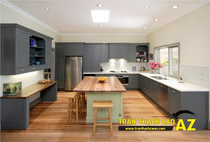Phòng bếp nhỏ hiện đại nhờ sử dụng trần thạch cao phẳng và đèn led 01