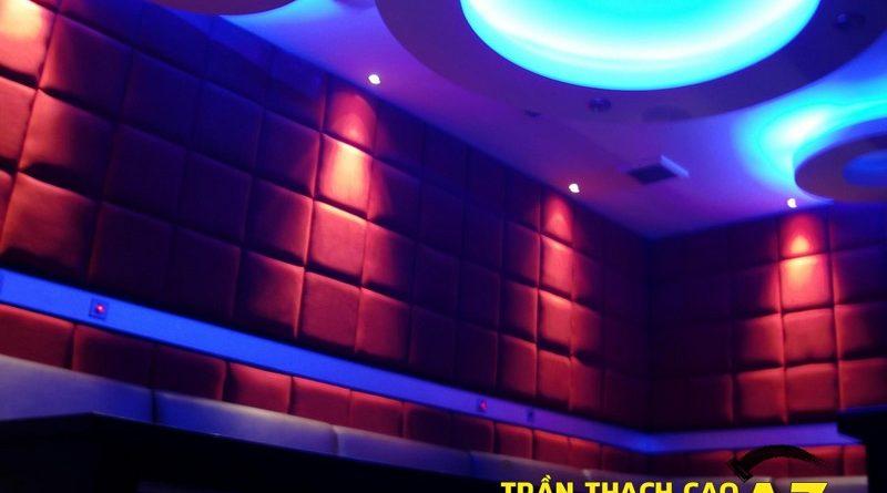 Không gian phòng hát đa sắc màu nhờ tạo hình trần thạch cao karaoke