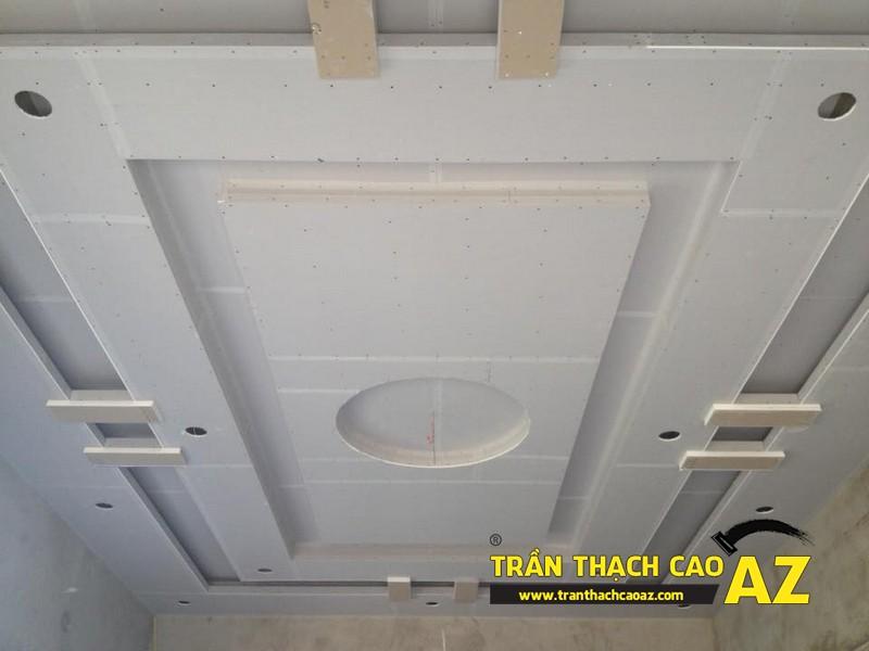 Ngắm tạo hình trần thạch cao phòng khách thoe kiểu trần giật cấp đẹp hiện đại nhà chú Hải 02
