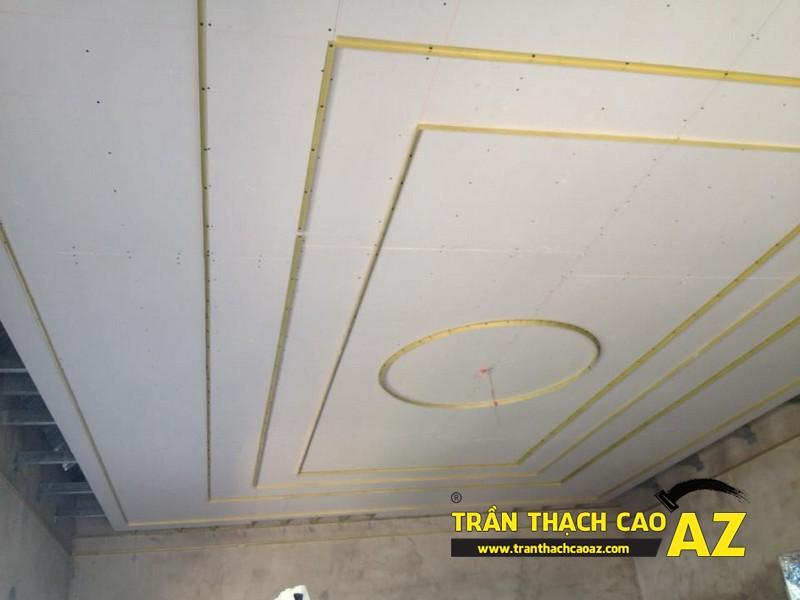 Ngắm tạo hình trần thạch cao phòng khách thoe kiểu trần giật cấp đẹp hiện đại nhà chú Hải 01