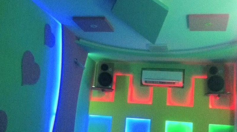 Phòng karaoke đẹp đẳng cấp nhờ tạo hình trần thạch cao của anh Nam
