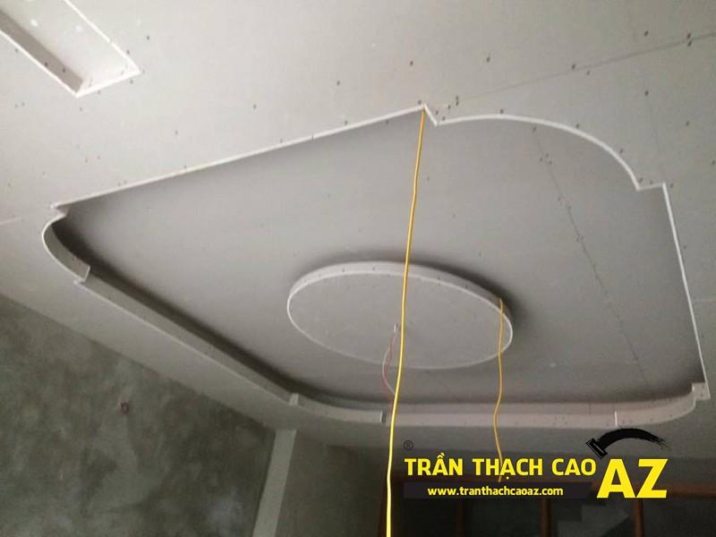 Tạo hình trần thạch cao phòng khách theo kiểu trần giật cấp nhà anh Hòa 01