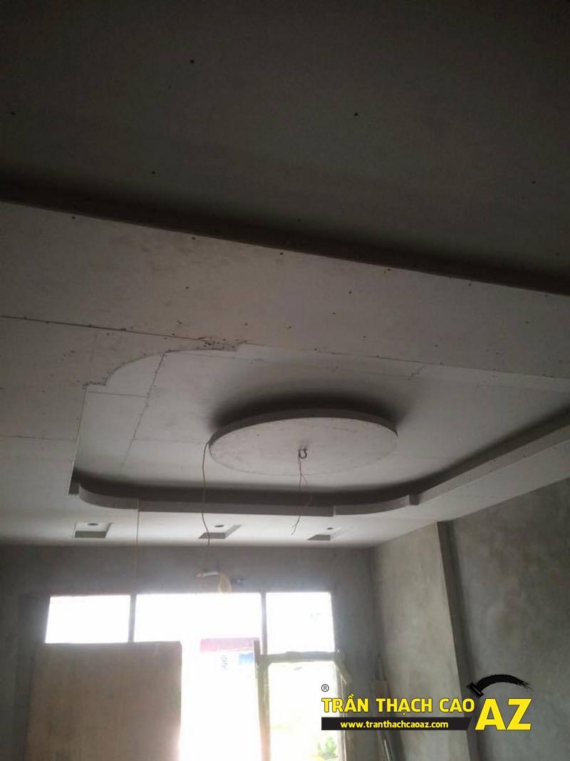 Tạo hình trần thạch cao phòng khách theo kiểu trần giật cấp nhà anh Hòa 02