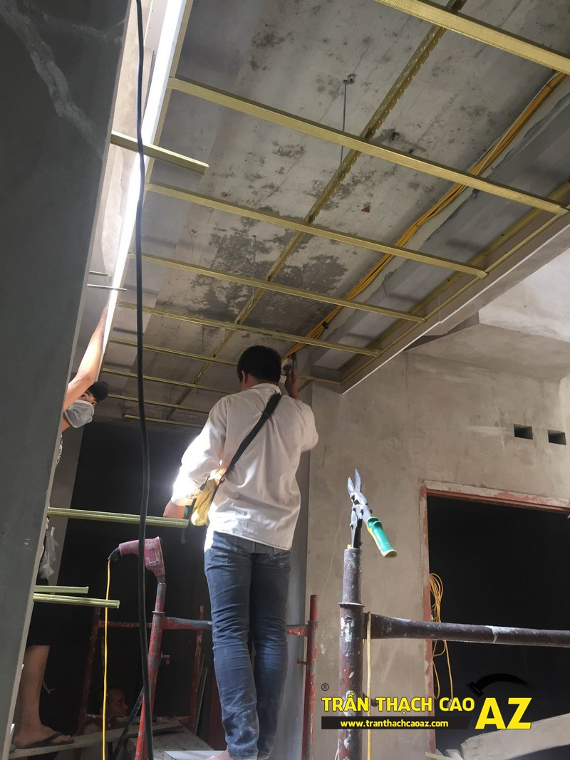 Nhân viên kỹ thuật AZ kiểm tra chất lượng khung xương Vĩnh Tường trước khi bắn tấm trần thạch cao