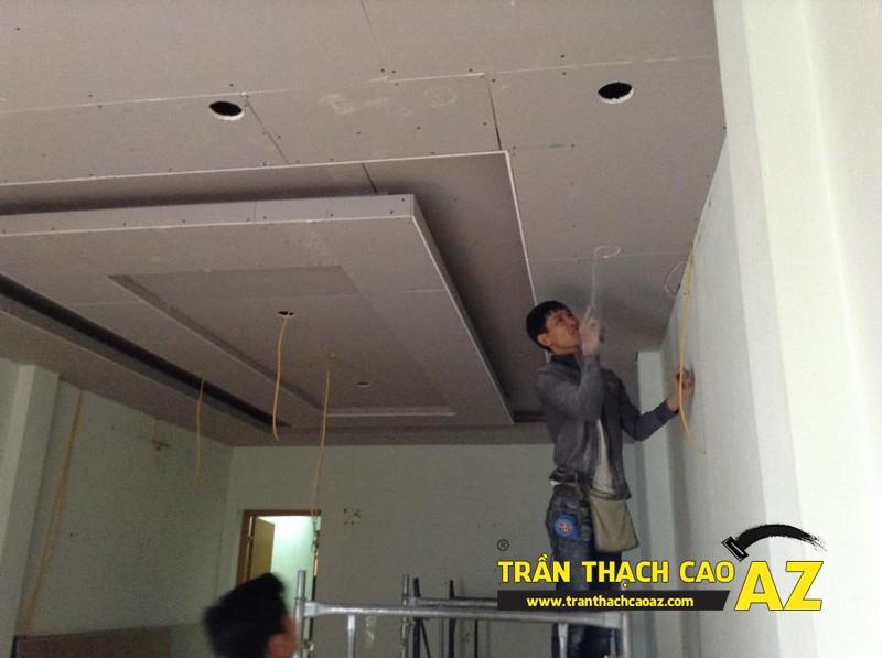 Sơn bả matit hoàn thiện trần thạch cao phòng khách rộng nhà anh Nhuận 01