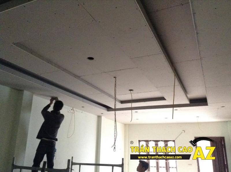 Sơn bả matit hoàn thiện trần thạch cao phòng khách rộng nhà anh Nhuận 02