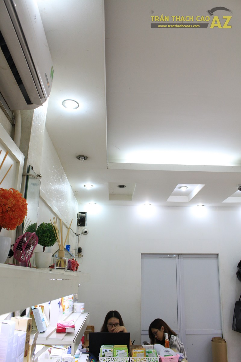 """""""Soi"""" mẫu trần thạch cao giật cấp hiện đại trong cửa hàng mỹ phẩm Hàn Quốc Skin House"""