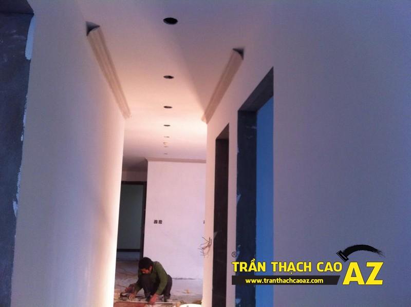 Tạo hình trần thạch cao khu vực nối liền phòng khách với bếp nhà anh Lân