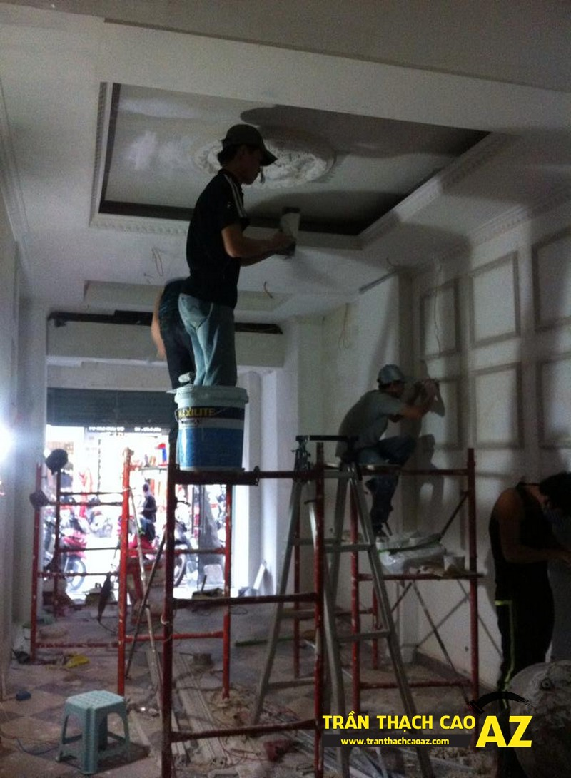Hoàn thiện thi công trần vách thạch cao phòng khách đẹp cổ điển nhà anh Lâm - 03
