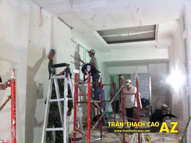 Hoàn thiện thi công trần vách thạch cao phòng khách đẹp cổ điển nhà anh Lâm - 06