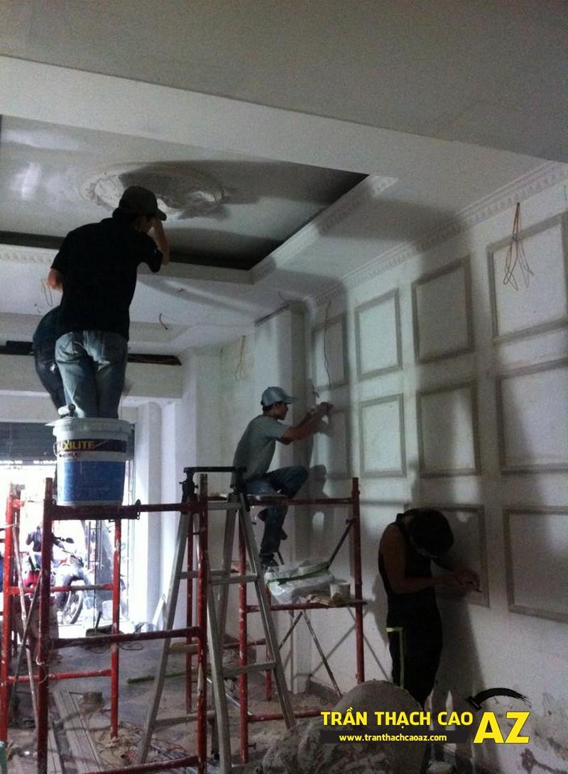 Hoàn thiện thi công trần vách thạch cao phòng khách đẹp cổ điển nhà anh Lâm - 01