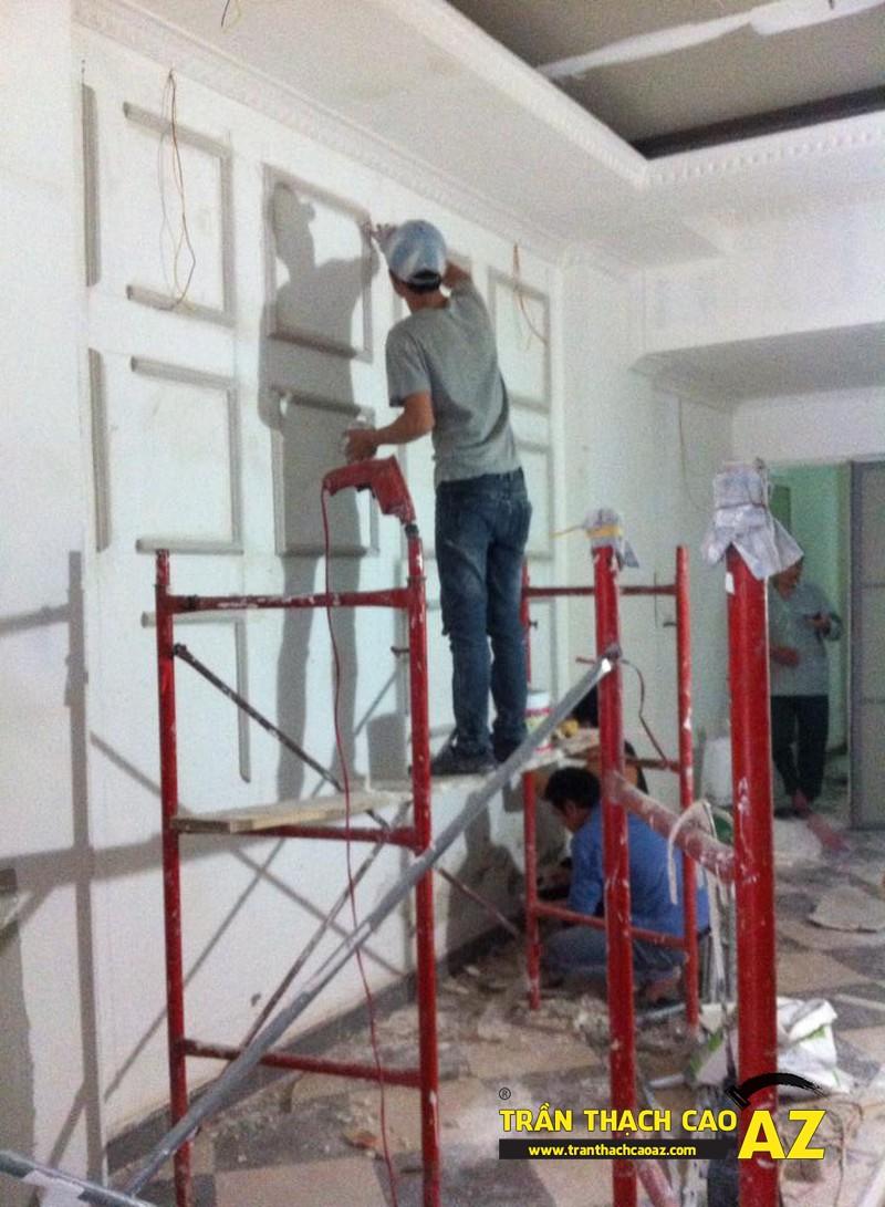 Hoàn thiện thi công trần vách thạch cao phòng khách đẹp cổ điển nhà anh Lâm - 07
