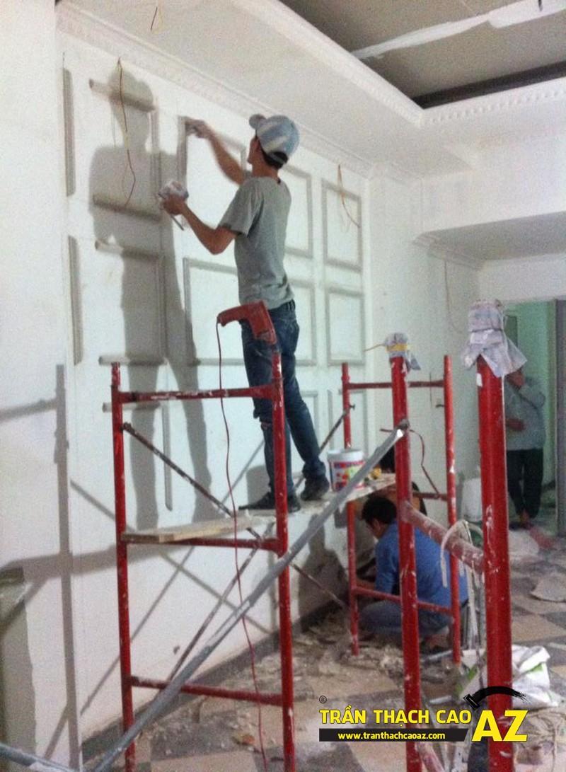 Hoàn thiện thi công trần vách thạch cao phòng khách đẹp cổ điển nhà anh Lâm - 08