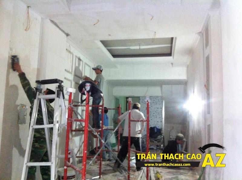 Hoàn thiện thi công trần vách thạch cao phòng khách đẹp cổ điển nhà anh Lâm - 05