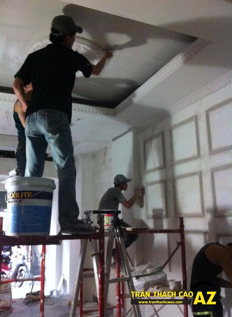 Hoàn thiện thi công trần vách thạch cao phòng khách đẹp cổ điển nhà anh Lâm - 04