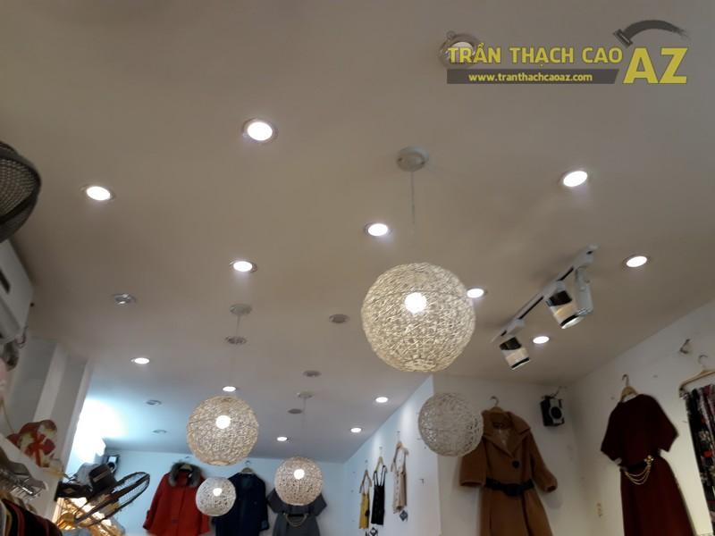 Cách trang trí trần thạch cao đẹp độc đáo của shop Hằng Bùi Boutique, số 83 Chùa Bộc - 01