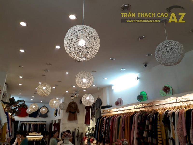Cách trang trí trần thạch cao đẹp độc đáo của shop Hằng Bùi Boutique, số 83 Chùa Bộc - 04