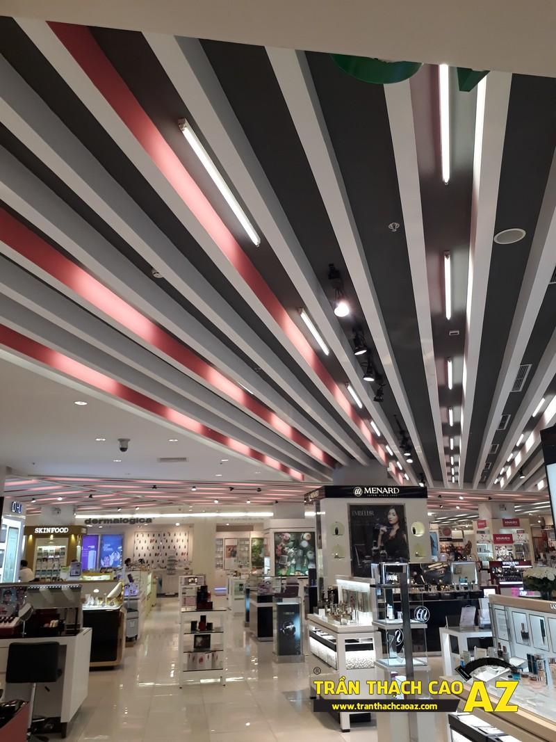 Thiết kế trần thạch cao đẹp hiện đại khu vực đồ mỹ phẩm tại Royal City - 03