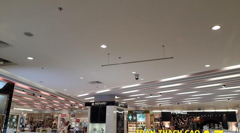 Thiết kế trần thạch cao đẹp hiện đại khu vực đồ mỹ phẩm tại Royal City