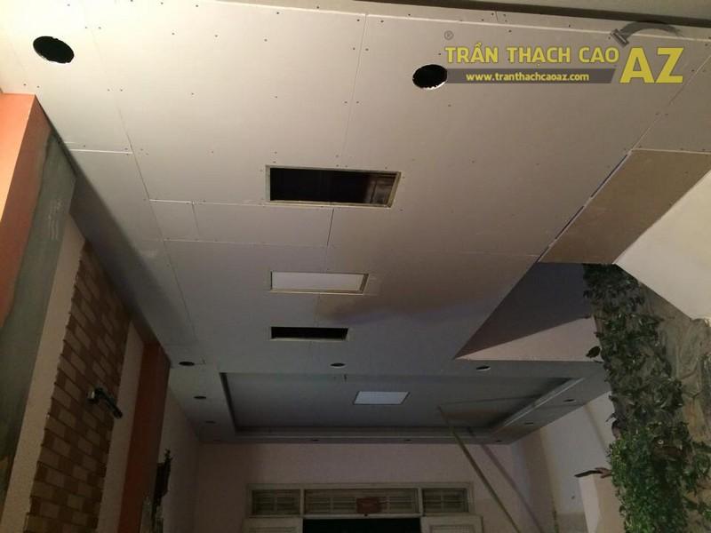 Thiết kế trần thạch cao phòng khách liền bếp nhà ống đẹp của gia đình chú Chiến - 01