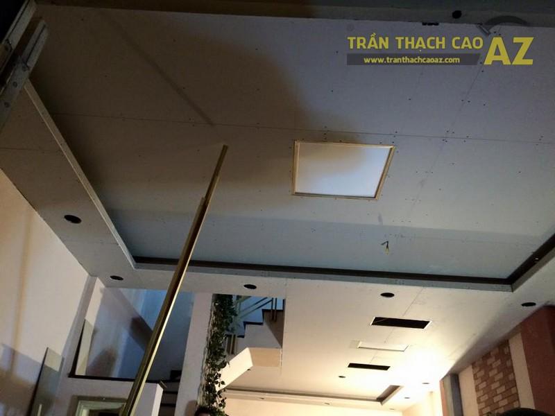 Thiết kế trần thạch cao phòng khách liền bếp nhà ống đẹp của gia đình chú Chiến - 03