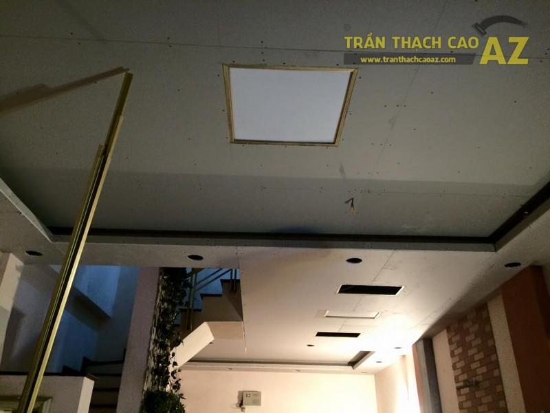 Thiết kế trần thạch cao phòng khách liền bếp nhà ống đẹp của gia đình chú Chiến - 04