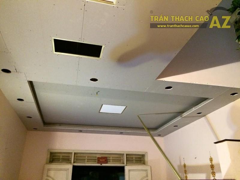 Thiết kế trần thạch cao phòng khách liền bếp nhà ống đẹp của gia đình chú Chiến - 05