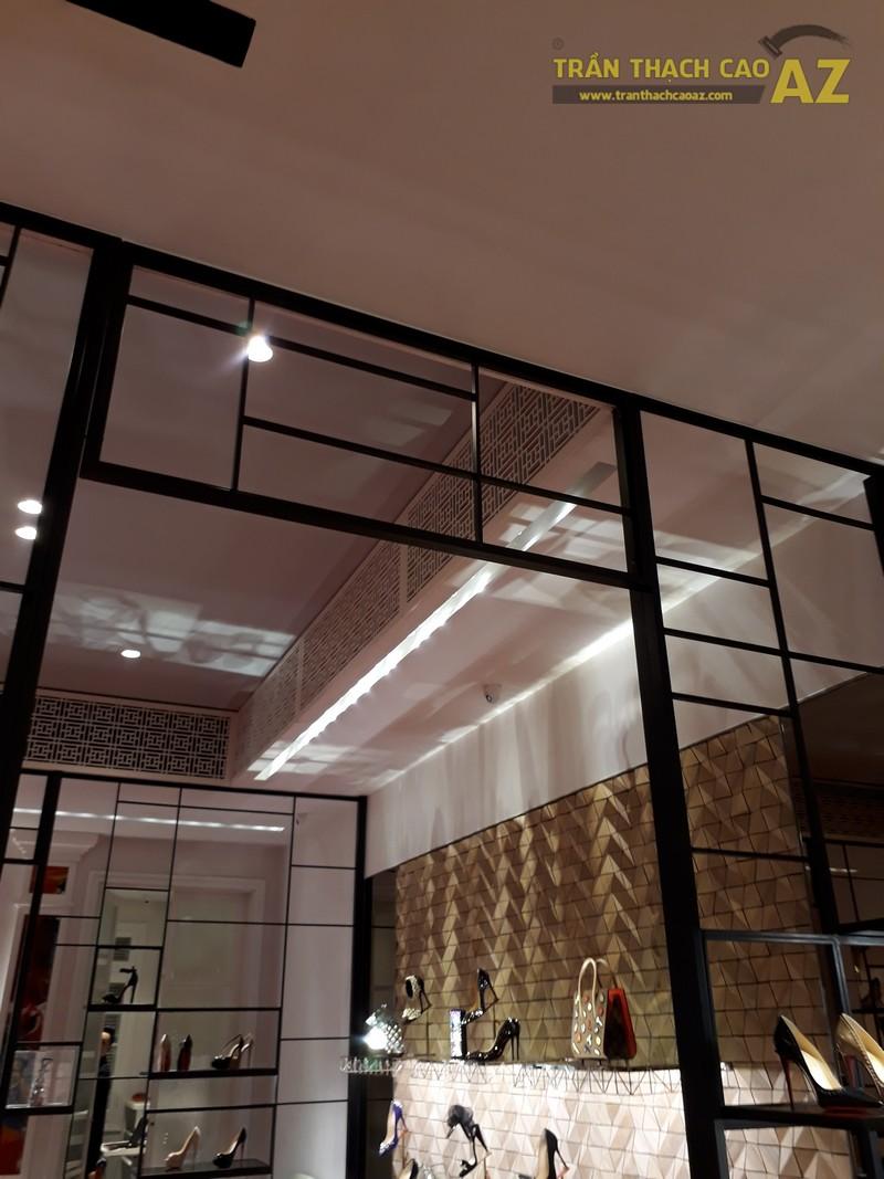 Trần thạch cao cực sang chảnh, đẳng cấp của shop Christian Louboutin, Tràng Tiền - 01