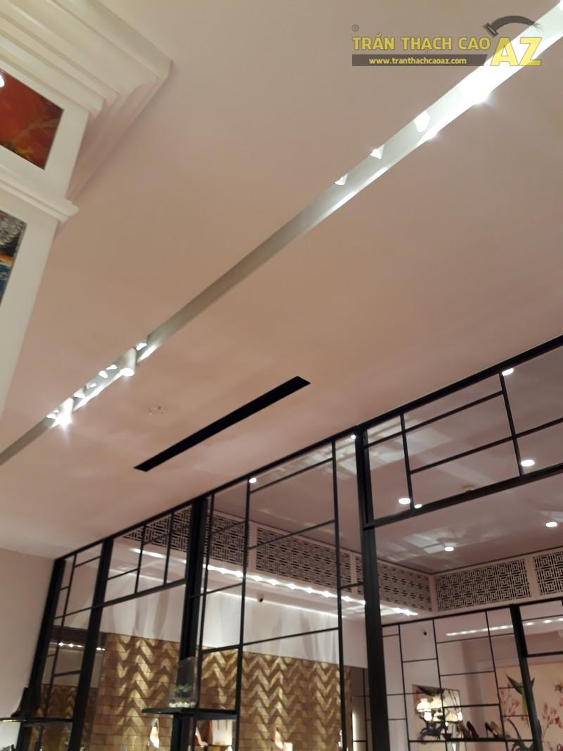 Trần thạch cao cực sang chảnh, đẳng cấp của shop Christian Louboutin, Tràng Tiền - 04