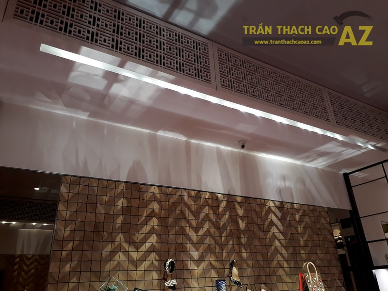 Trần thạch cao cực sang chảnh, đẳng cấp của shop Christian Louboutin, Tràng Tiền - 03