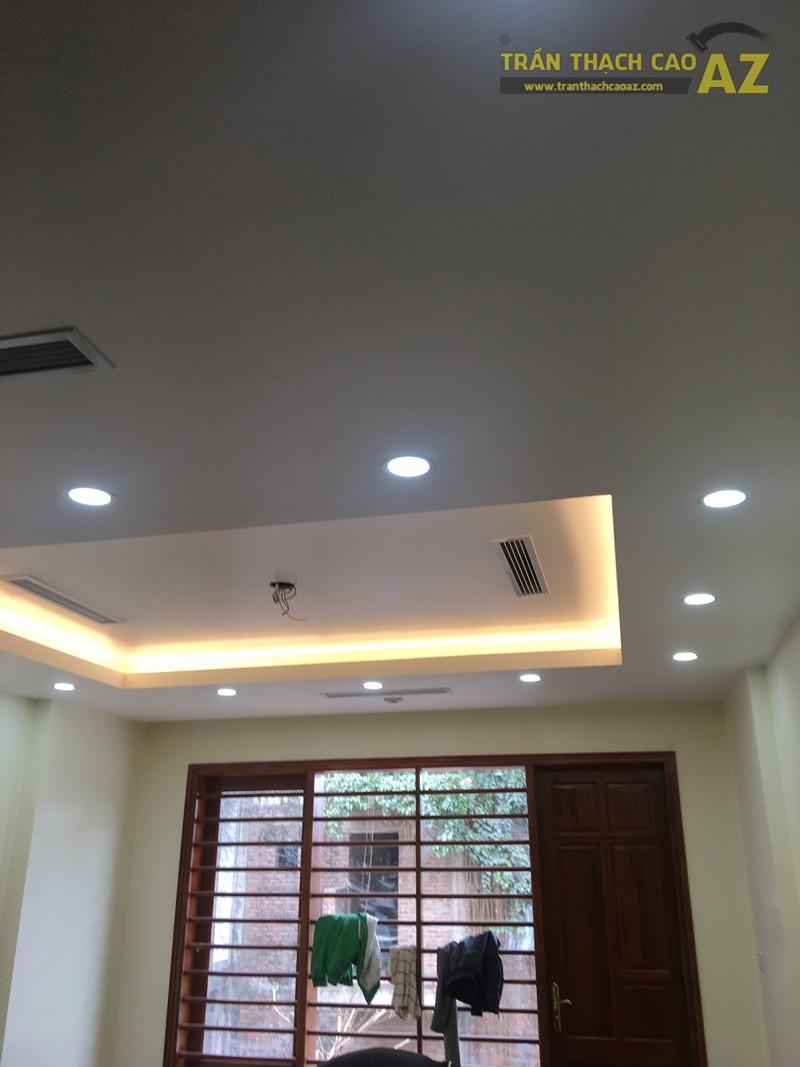 Mẫu trần thạch cao phòng khách với tạo hình trần giật cấp đơn giản, hiện đại nhà anh Thiện - 04