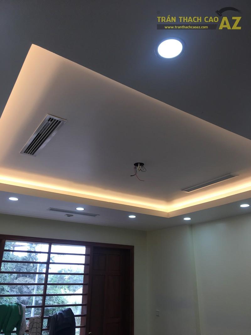 Mẫu trần thạch cao phòng khách với tạo hình trần giật cấp đơn giản, hiện đại nhà anh Thiện - 03