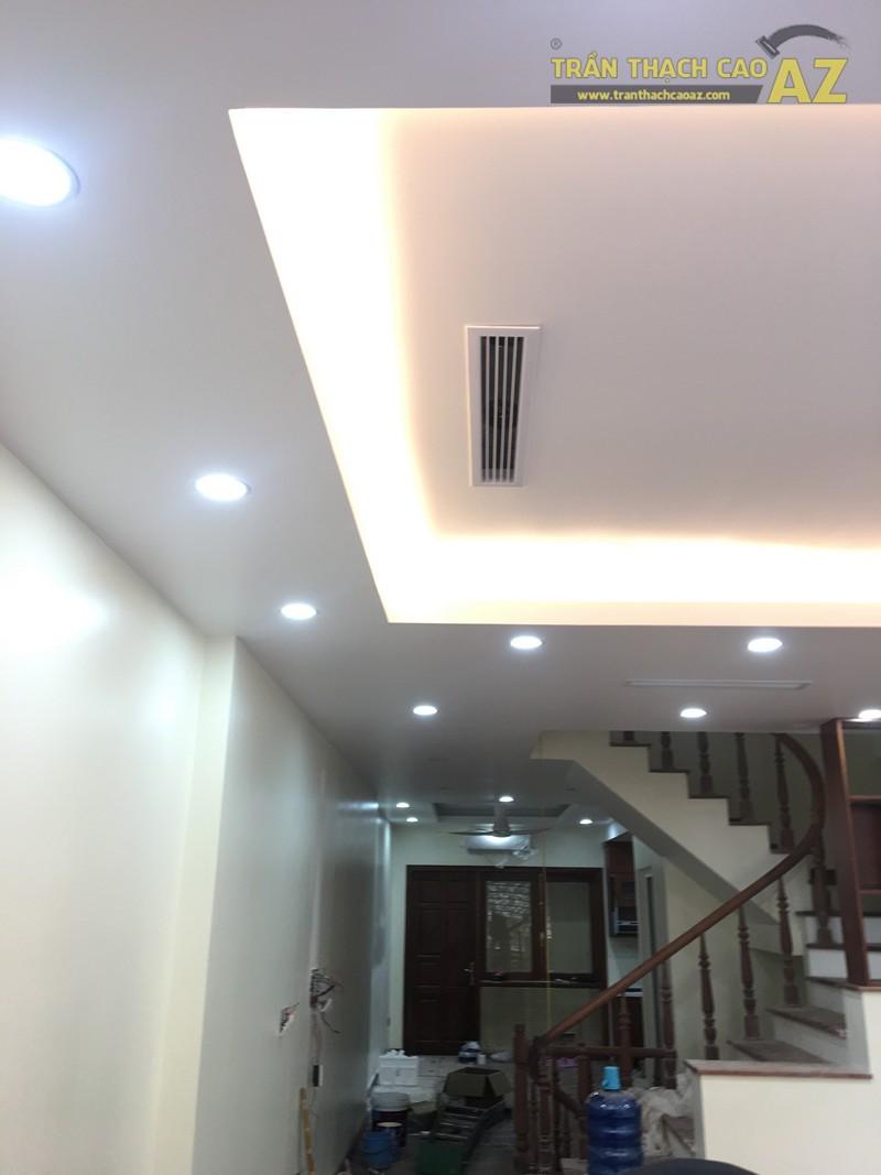 Mẫu trần thạch cao phòng khách với tạo hình trần giật cấp đơn giản, hiện đại nhà anh Thiện - 02