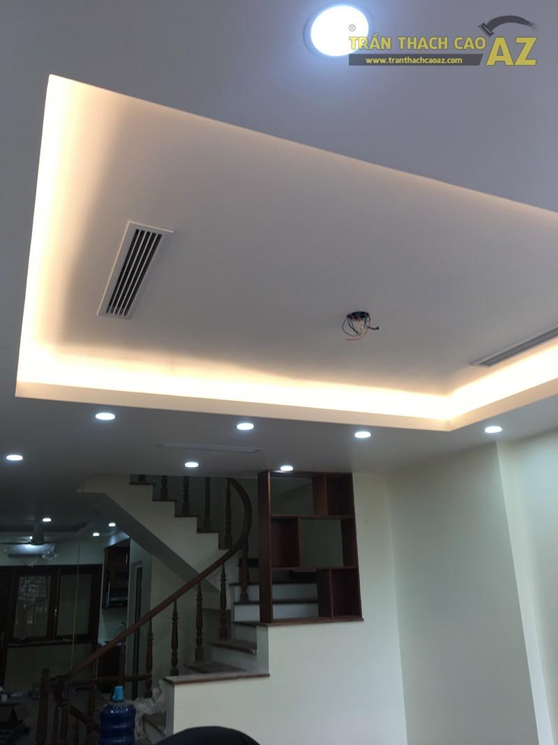 Mẫu trần thạch cao phòng khách với tạo hình trần giật cấp đơn giản, hiện đại nhà anh Thiện - 01