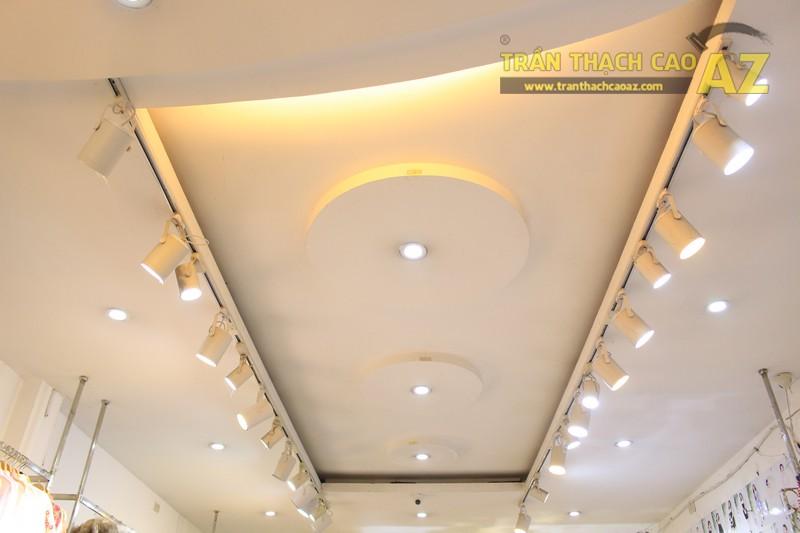 NANA shop đẹp lung linh với thiết kế trần thạch cao hiện đại, cực hút mắt - 01