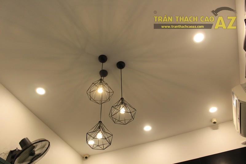 Shop nhỏ đẹp nhờ kết hợp trần thạch cao phẳng với đèn trang trí độc đáo của Grazie - 01