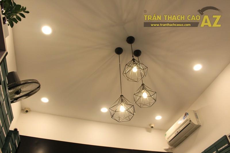 Shop nhỏ đẹp nhờ kết hợp trần thạch cao phẳng với đèn trang trí độc đáo của Grazie - 02