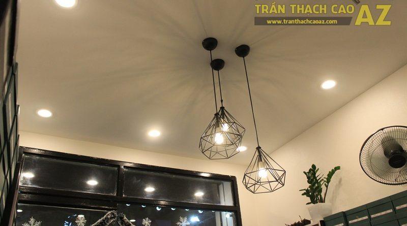 Shop nhỏ đẹp nhờ kết hợp trần thạch cao phẳng với đèn trang trí độc đáo của Grazie