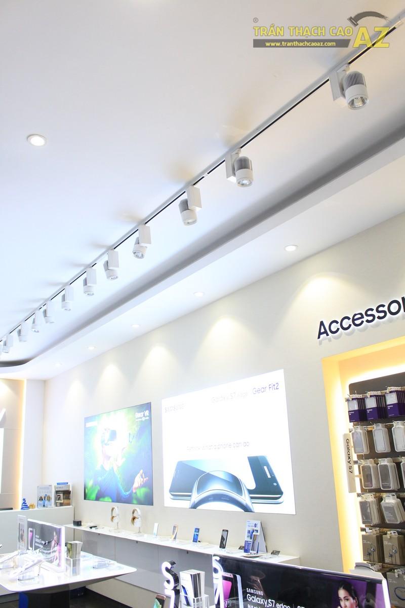 Trần thạch cao giật cấp hiện đại kết hợp đèn led rọi tại cửa hàng điện thoại 98 Thái Hà