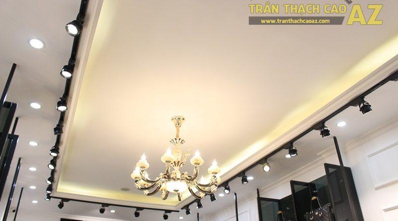 Liberty Wings (258 phố Huế) nổi bật với mẫu trần thạch cao shop nhỏ đẹp cổ điển, sang trọng