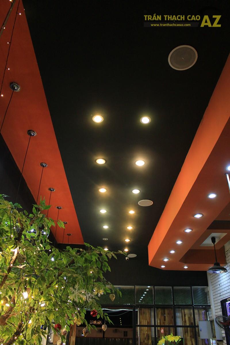 Sử dụng màu đối lập đẹp hiện đại như thiết kế trần thạch cao của Măm Măm Steak Giảng Võ - 03