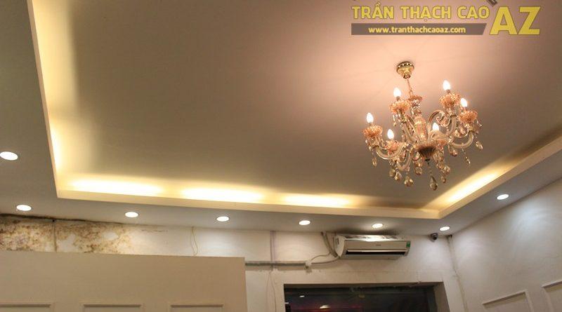 Tạo hình trần thạch cao đẹp đơn giản kết hợp đèn chùm pha lê sang trọng của Phán Store