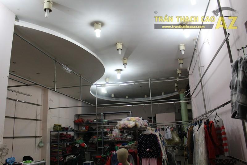 Tạo hình trần thạch cao giật cấp đẹp sáng của shop Thời trang xuất khẩu, số 333 Giảng Võ - 05