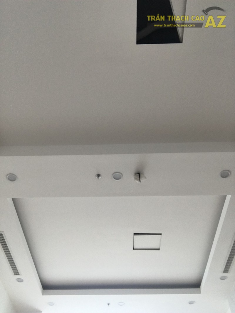 Mẫu trần thạch cao phòng khách chung cư đẹp đơn giản nhà anh Lâm P2120, R4B Royal City