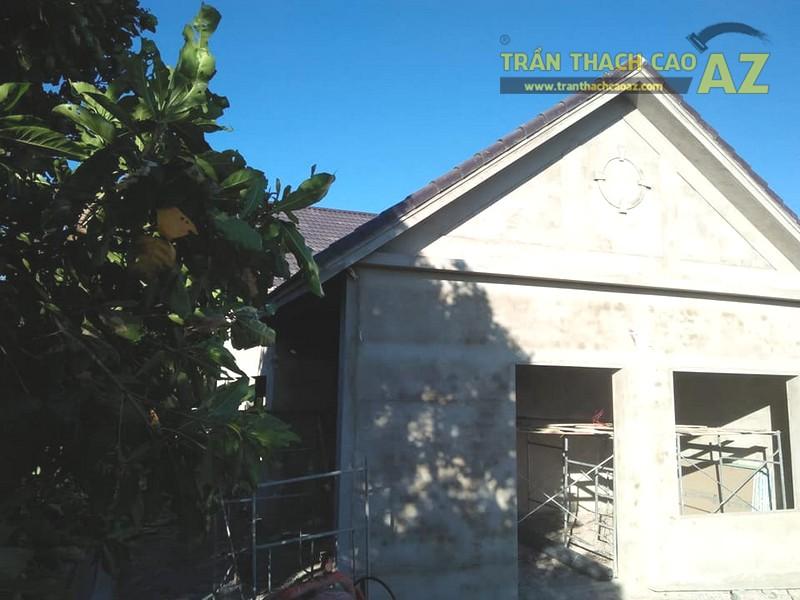 Nhà cấp 4 nhà chú Tâm được đổ bê tông mái nên việc làm trần thạch cao khá đơn giản, thuận tiện
